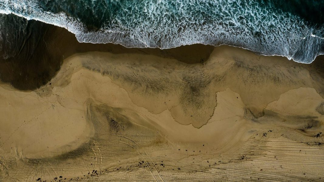 More than half a million liters of oil fell into the ocean off the coast of California